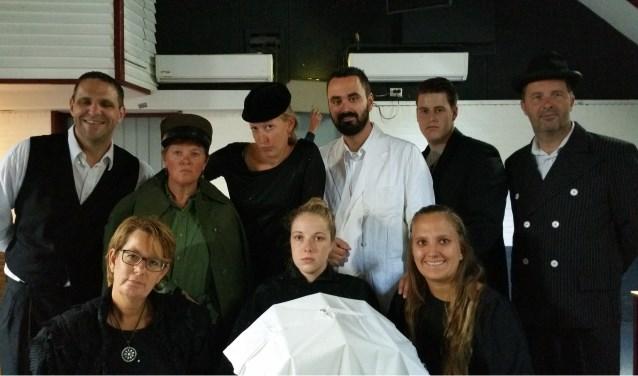 De volledige cast van Toneelvereniging Harto die op 11, 12 en 13 oktober 'De Spooktrein' speelt in Ons Dezibel
