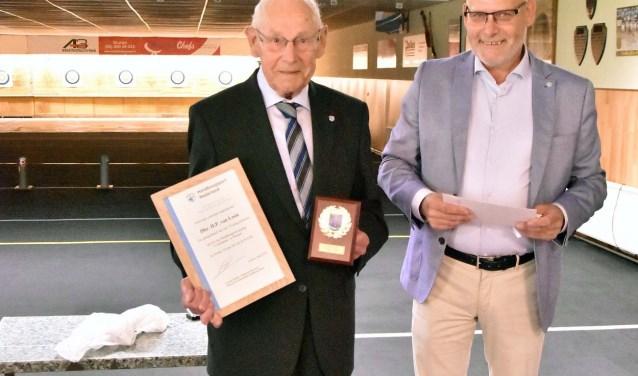 De jubilaris Henk van Loon samen met zijn zoon Adrie van Loon.