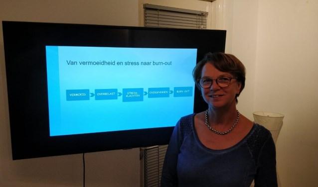 Erna Brok verzorgt workshop burn-out in de bibliotheek in Rijssen.