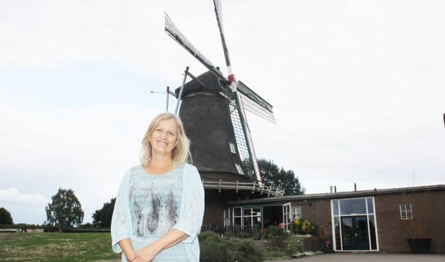 Mariska Kletter voor de Zwiepse Molen, rechts haar horecazaak De Wiek. Foto: Arjen Dieperink.