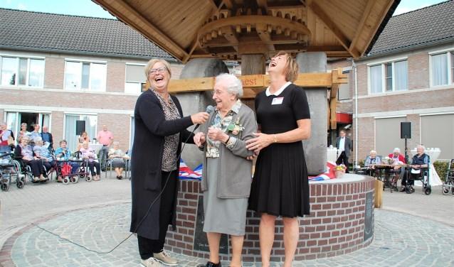 Met bestuursvoorzitter Joris Zorg Dianne Engels en Helma van Woensel van Vestakker onthult Anneke Waalen (100) de replica.