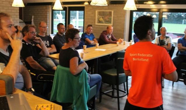 Waldo Rhebergen gaf namens de Sport Federatie Berkelland tips en trics voor een geslaagde training.