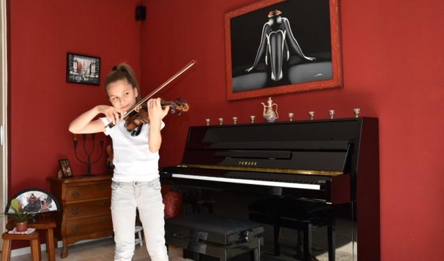 Adinda van Delft speelt viool