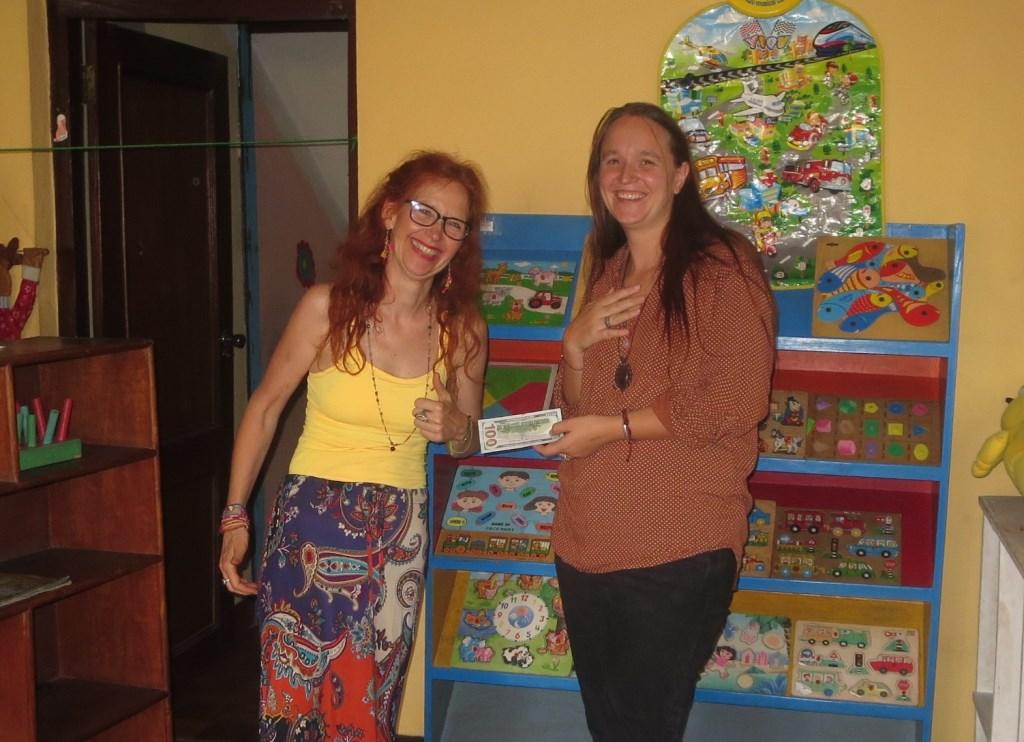 Annet Schriemer (links) overhandigt een cheque aan Maureen van der Zandt van de Stichting Bombo.
