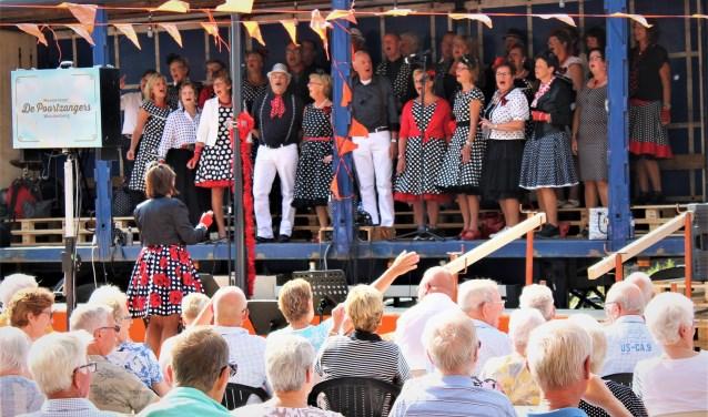 Spoorkoor Op Stoom bracht een aantal meezingers van André Hazes ten gehore, waarbij het publiek enthousiast meezong.