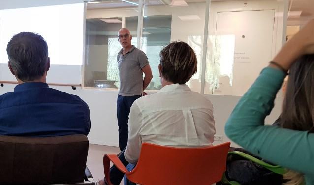 Huisarts Pieter Jansen vertelt over 'Oplossingsgericht werken' tijdens de kick-off bijeenkomst afgelopen donderdag. (foto: José van der Burg)