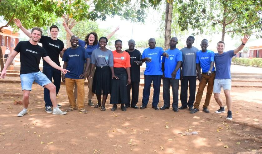 De leraren van een school in Oeganda waar 168Million 300 leerlingen steunt. Tweede van links staat Rien Kornegoor. (foto: PR)