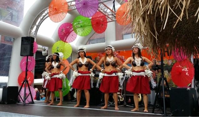 Dansgroep Orchidé demonstreert tijdens de Zinderende Zomermarkt enkele traditionele en moderne Oosterse dansen.