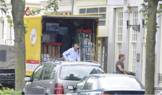 Verdachte van H. haalt na inval FIOD en beslag op pand Westhaven, de inboedel weg in 2012. Foto: Marianka Peters