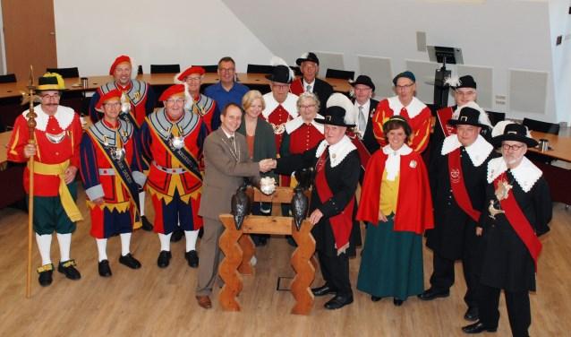 Tijdens een bijeenkomst op dinsdag 18 september in het gemeentehuis, overhandigden de vijf gilden van Groot-Valkenswaard het tweede schild.