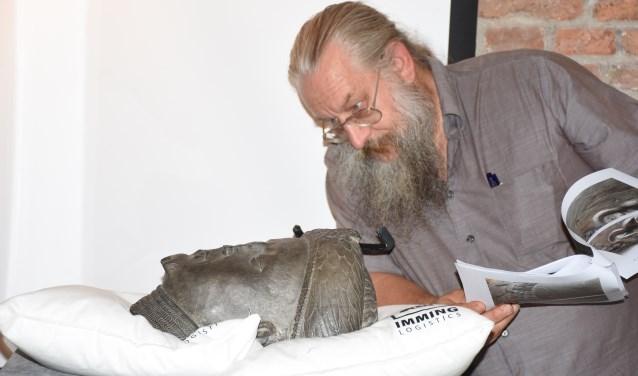 Conservator Marc Goutierre inspecteert de 'kop van Guy van Blois' die op woensdag 4 september is overgebracht naar Schoonhoven
