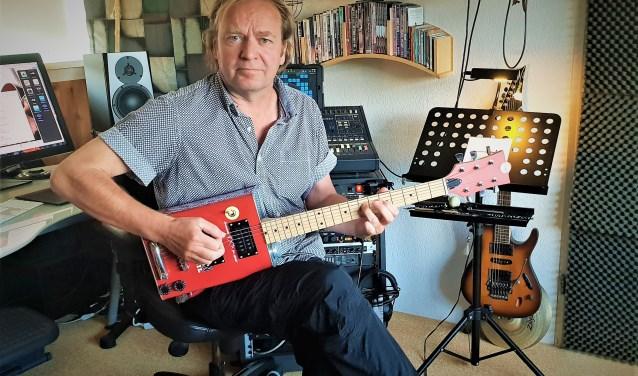 Voor Marc Lezwijn zijn er maar weinig dingen leuker dan muziek. Dat wil hij dan ook mogelijk maken voor iedereen. Foto Robbert Roos