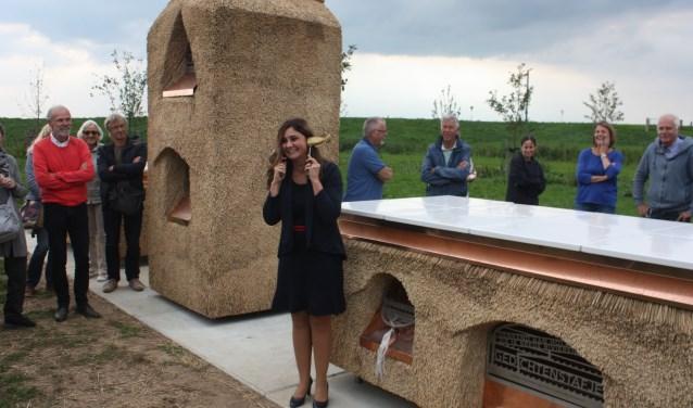 Wethouder Yasemin Cegerek mocht de veldkabinetten openen en op een bijzondere manier luisteren naar de IJssel.