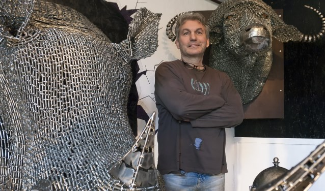 Janika met zijn 'jachttrofeeën', de 'Big 5' van Afrika, die hij maakte door duizenden boutjes en ander metaal aan elkaar te lassen.