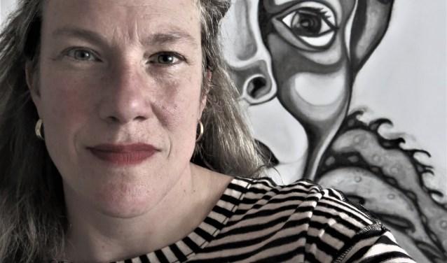 Kunstenaar Rosemin Hendriks bij haar werk. Foto: Rosemin Hendriks