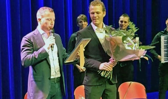 Pieter van den Broek ontvangt uit handen van wethouder Stef Luijten (l.) de eerste Cultuurprijs.