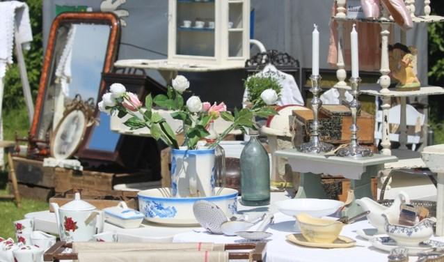 Het aanbod varieert van antiek tot brocante, vintage meubelen, verzamelingen en streekproducten. (Foto: Privé)
