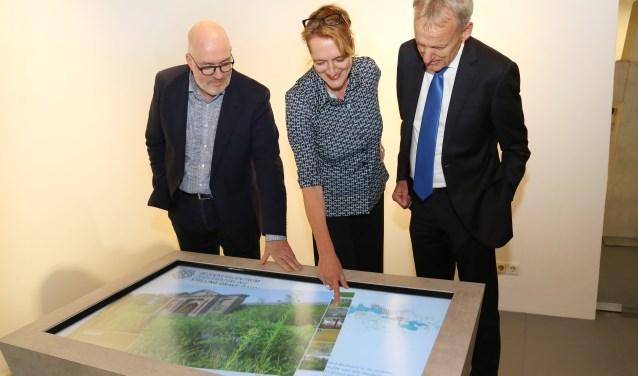 Burgemeester Roolvink (rechts), Karin Kooij en Niel-Jan Weijsters bij de interactieve tafel. (foto: Marco van den Broek)