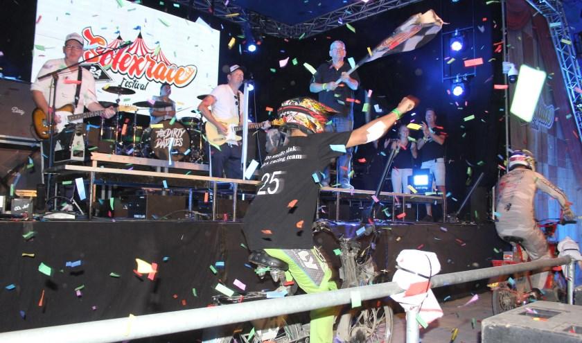 De 24 uur durende Solexrace doorkruiste niet alleen het festivalterrein, maar voerde zelfs tussen het publiek en de band op het podium door.