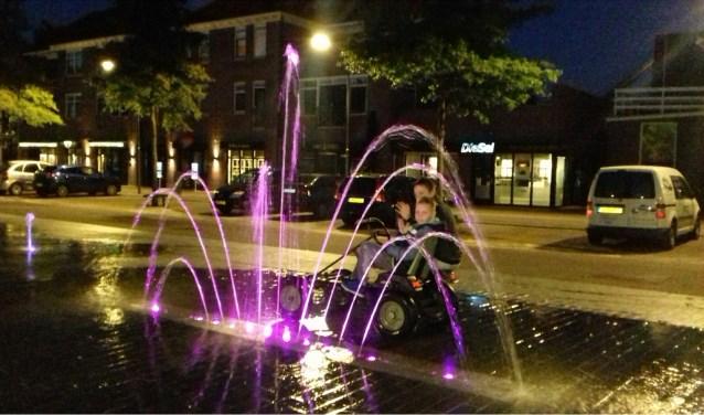 gekleurde fontein met skelterjongens