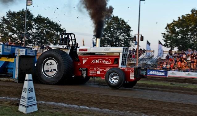 De tractor van Hook 'n Run in actie. Het team werkt zich met hulp van 30 sponsoren op naar de top. Foto: Hook 'n Run.