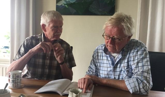 Jos (links) en is Aart Jan Pannebakker (rechts) hebben het boek 'Hazerswoude 1940 -1945. Voorweg, Inundatie, Razzia' geschreven over de razzia en hun neef Ome Hans.