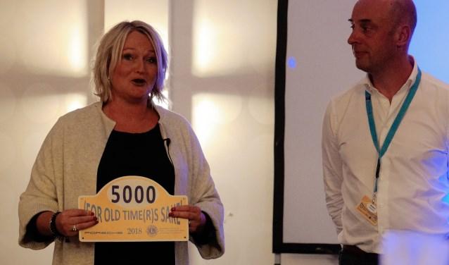 Bertine van de Poll van Living Memories is blij met de cheque voor haar stichting