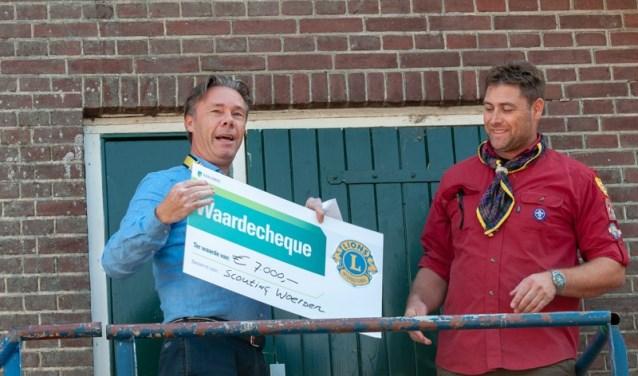 Scouting Woerden ontving een cheque van 7000 euro van Lionsclub Woerden.