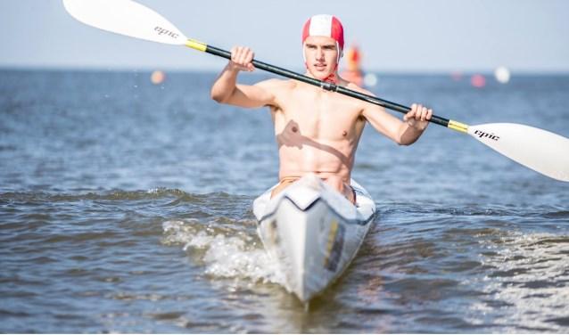 Guido Brink in de surfski. Hij doet deze week mee aan het EK Lifesaving in Ierland. FOTO: VINNIE DE LAAT