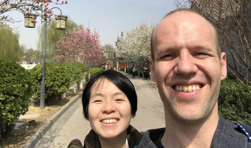 Na zijn studie Chinees vertrok de in Heinkenszand opgegroeide Rens naar het buitenland. Hij werkt en woont samen met zijn vrouw in de Chinese stad Wuhan. FOTO'S: Archief Rens Krijgsman