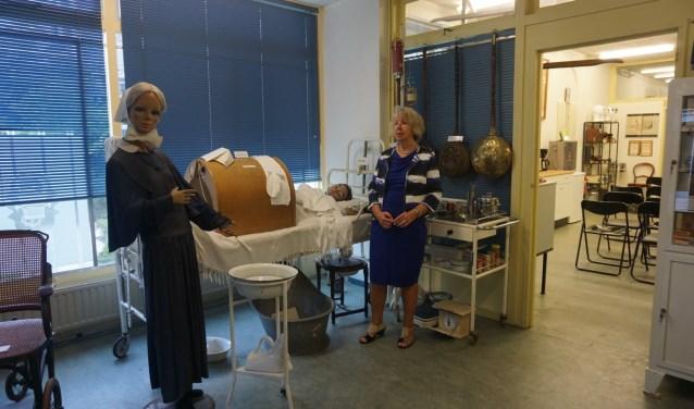 Secretaris Nettie Jonckers bij een ouderwets ziekenhuisbed (foto; Annemarie de Vries)