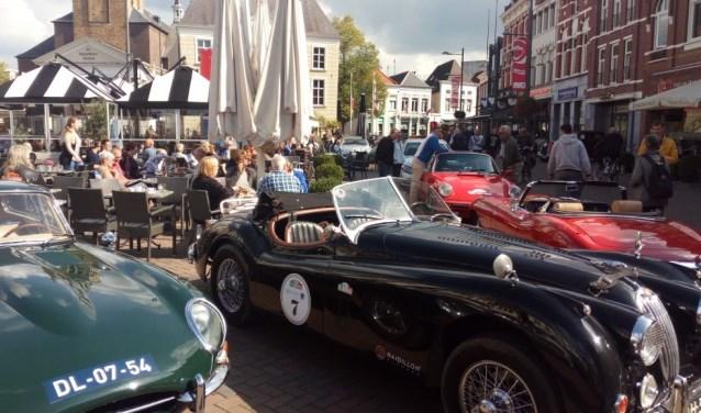 Een greep uit de deelnemende oldtimers tijdens de Dag der Proeven in 2017. De auto's vertrekken en arriveren zondag op de Oude Markt.