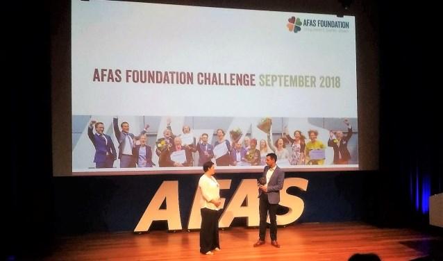 Annemarie Rulos met voorzitter AFAS Foundation neemt prijs in ontvangst.