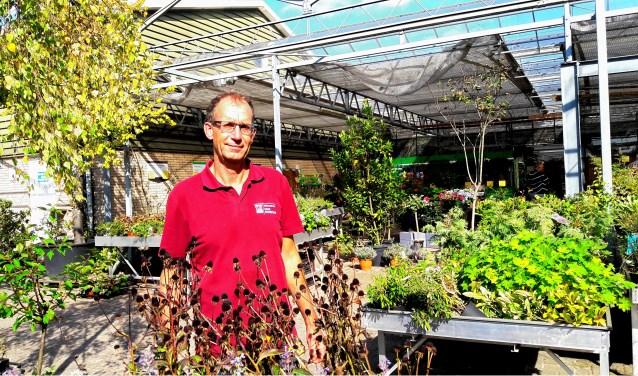 Hans Rozeboom nog één keer tussen zijn bloemen. De winkel gaat dicht. Hij wordt weer hovenier!