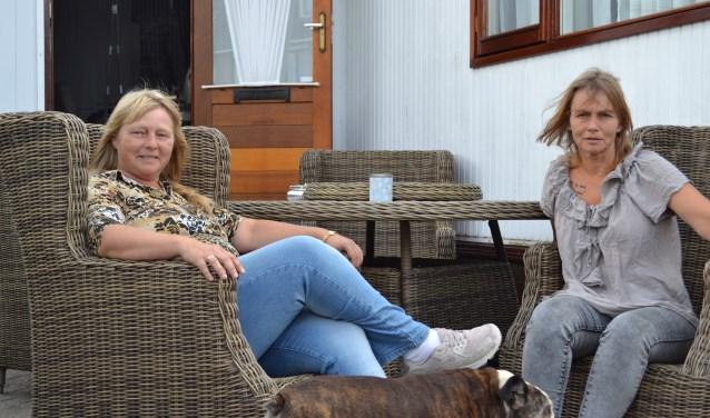 Diana Scheffers (links) en haar zus Tiny Schouten (rechts), bewoners van de woonwagens aan de Marokkostraat.
