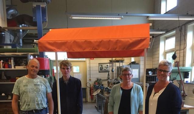 Vlnr: Matti Heideman (docent Pronova), Nick Overbekking (leerling metaal), Rikie Vonderhorst en Anita Jansen (Marga Klompé)