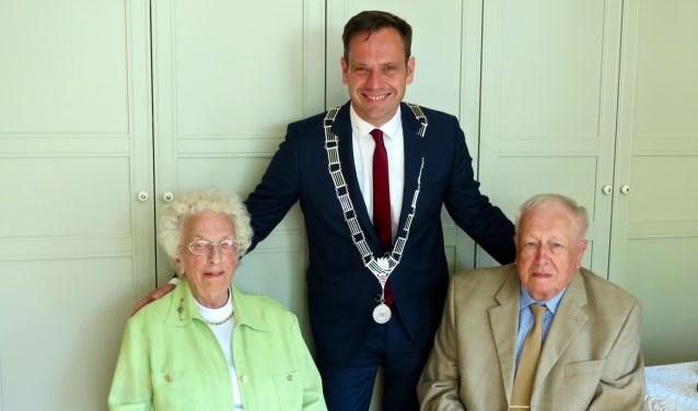 Diamanten bruidspaar Willemijntje en Gerard Nokkert- Van Keulen werden persoonlijk gefeliciteerd door burgemeester Sjoerd Potters