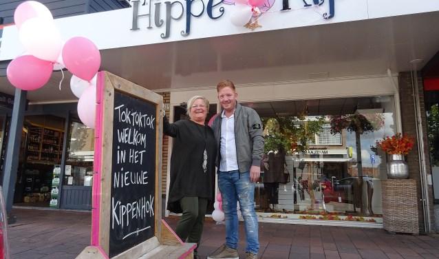 José en Virgil voor hun nieuwe zaak in Puttershoek. (Foto: Koos Romeijn)