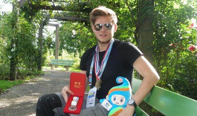 Roy de Jong (18) met behaalde medailles en de Koreaanse mascotte. Foto's: Morvenna Goudkade