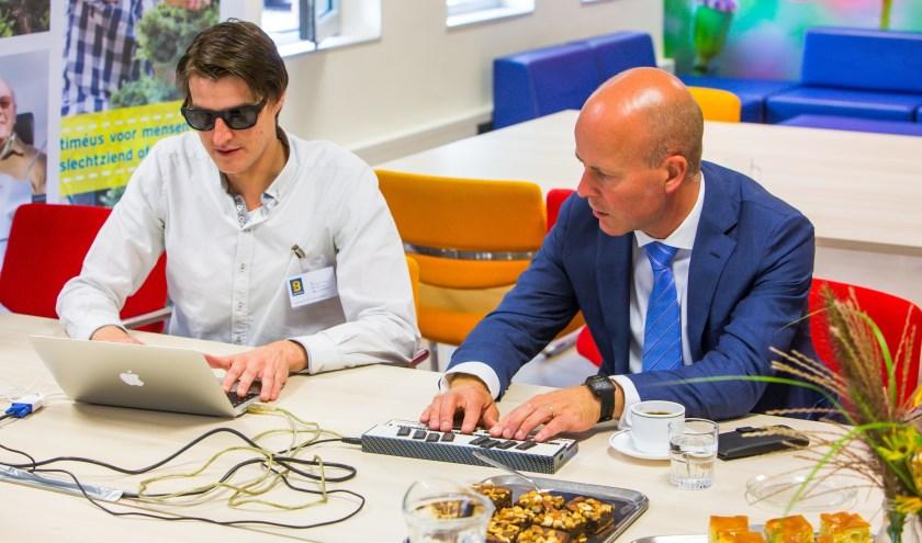 ZEIST - De staatssecretaris kreeg een rondleiding door de school van Bartiméus voor kinderen die blind of slechtziend zijn. Door ervaringsdeskundige Falco van Dinteren werd de heer Knops uitgedaagd om een computer 'blind' te bedienen en werd hij door deskundigen van Accessibility geïnformeerd over de technische kant van digitale toegankelijkheid en de stand van zaken op dit onderwerp bij gemeenten in Nederland. FOTO: Bartiméus