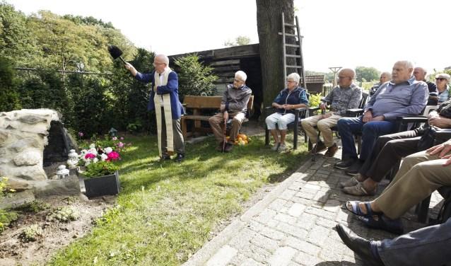 Onder grote belangstelling zegent pastoor Felie Spooren de grot met daarin het Mariabeeld. Foto: Jurgen van Hoof