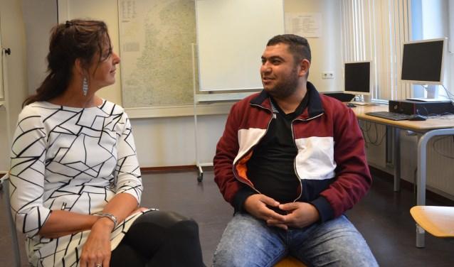 Ghassan en Astrid kennen elkaar van het Taalhuis Leersum. Inmiddels volgt Ghassan een opleiding in Utrecht. Ze treffen elkaar op de open dag van het AZC. Ghassan woont met vrouw en vijf zonen in het AZC. FOTO: Ben Blom