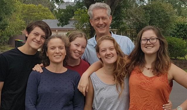 Ruim veertien jaar geleden vertrok Annemarie Hoek uit Zierikzee (tweede van links) met haar man en kinderen naar Australië. FOTO: Archief familie Hoek