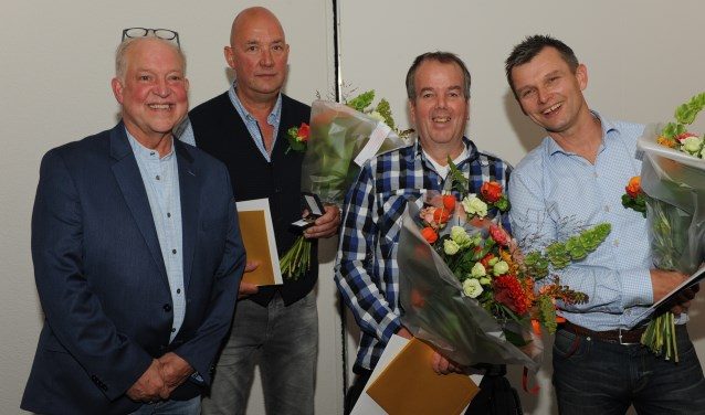 Jubilarissen Bennie Kleinhesseling (40 jaar), Vincent Bolwerk (40 jaar), Marco ter Vrugt (25 jaar) en algemeen directeur Jan Willem Hoopman