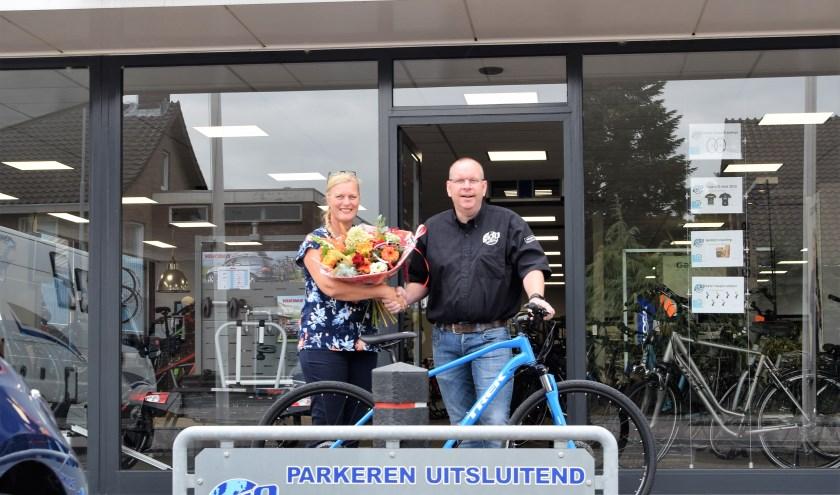 Annemieke Koenen , winnares van de FlipPas maandprijs, ontvangt een nieuwe fiets van Gilbert de Wit. (Foto: Janet Kooren)