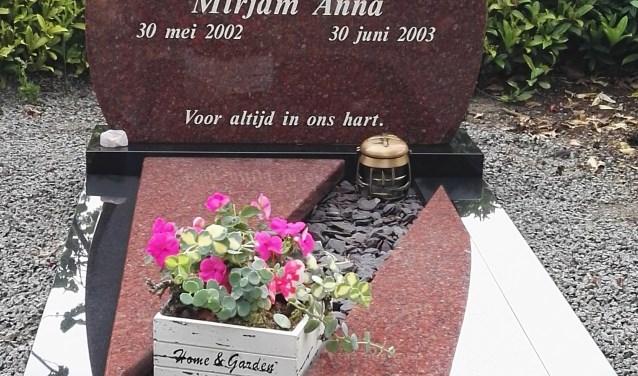 Het graf van Mirjam, die aan een spierziekte overleed