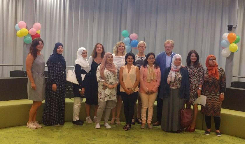 De deelnemers van Pak je Kans in de raadzaal. Tweede van rechts is Sadosh van Toorn, in het midden onderin staat Fawzia Zarin.