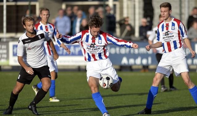 Spelmoment uit het vorige seizoen tijdens de wedstrijd Sleeuwijk tegen NEO'25. De nieuwe trainer Stefan Brok wil van NEO'25 een meer voetballend team maken. Foto: Wout Pluijmert