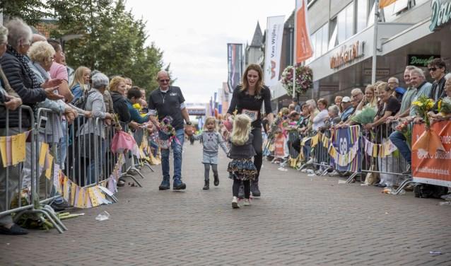 Deelnemers aan de 80 van de Langstraat krijgen na 80 kilometer wandelen een warm onthaal.