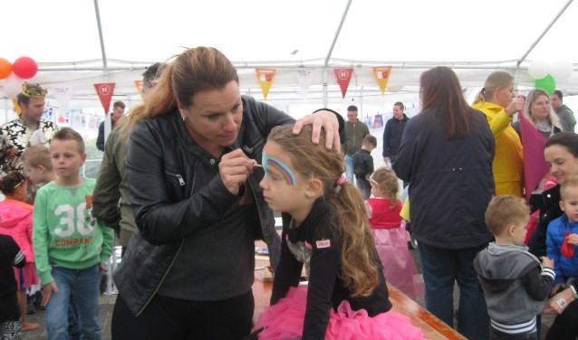 In De Grutakker in Hedel konden kinderen zich laten schminken tijdens Burendag. Foto: Mirjam Duijts-AS